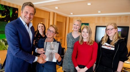 Minister De Jonge spreekt met jongeren over zorgpunten kinderrechten